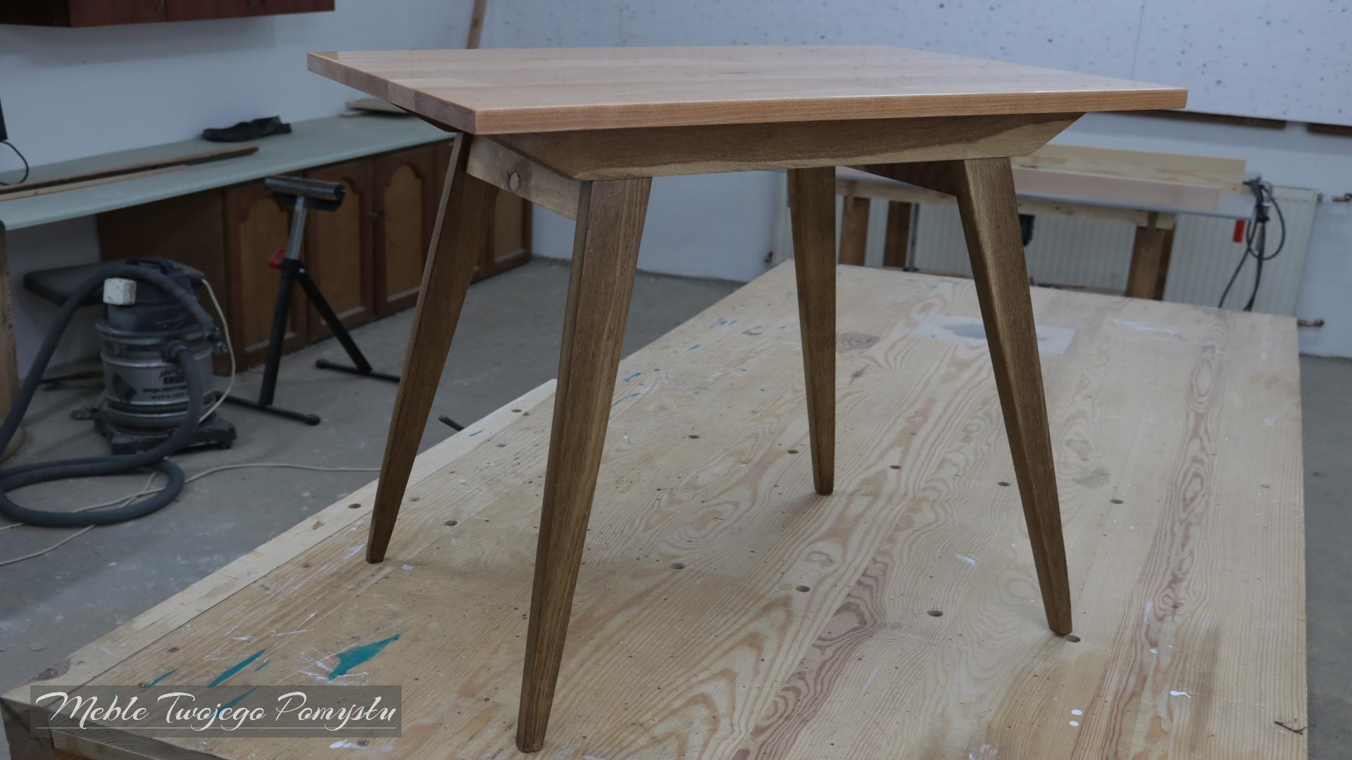 Odnowiony stolik z blatem zalanym żywicą epoksydową Ciech