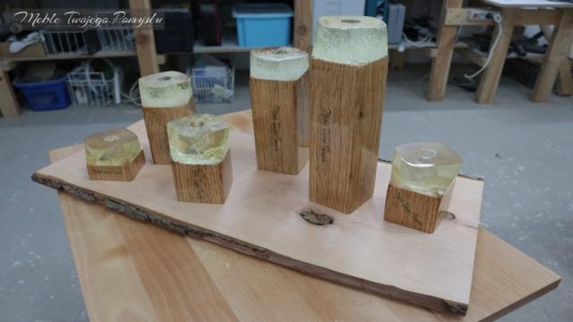 Świeczniki wykonawe zostały z drewna dębowego.
