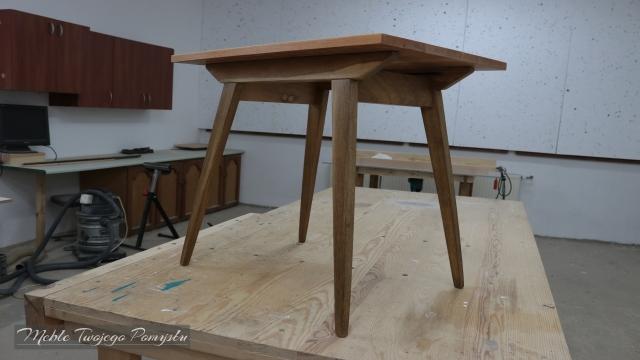 Odnowiony stolik z oryginalnymi nogami