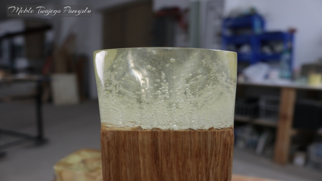 Żywica zalana w taki sposób alby pęcherzyki powietrza wychodziły z drewna
