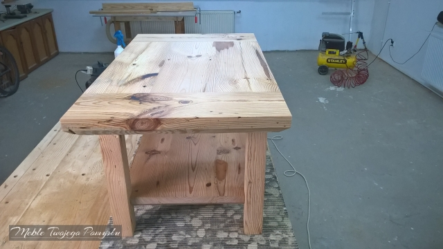 Stolik kawowy z drewna sosnowego z półką