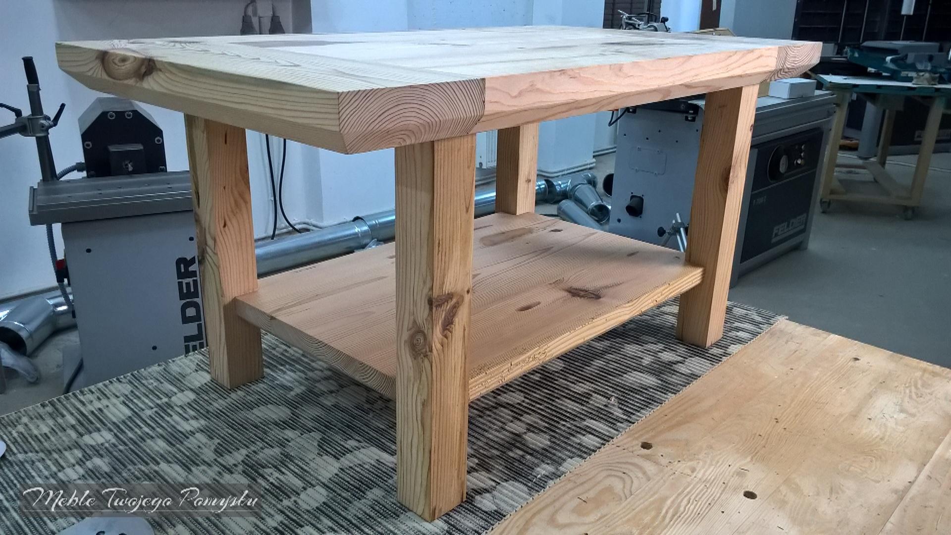 Kwadratowe nogi podkreślają surowy styl stolika