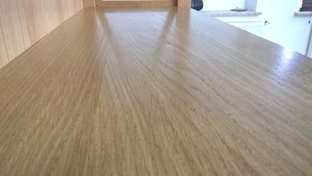 Półka o pięknym usłojeniu z niewidocznymi połączeniami