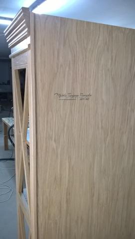 Regał dębowy certyfikowany, wykonany na specjalne indywidualne zamówienie. Wykonany z drewna dębowego pierwszej 1 klasy. Wszystkie elementy połączono ze sobą za pomocą kleju i wzmocniono kołkami specjalnymi kołkami. Do wykonania nie uzyto wkrętów. Regał posiada szufladę z pełnym wysówem. Pólki wykonano z klejonki drewna dębowego, tylna ścianka to naturalna sklejka dębowa. korona meblowa, wieniec górny, listwa wieńcząca, elementy wizualne, zdobienia, ornamenty drewniane. zastrzały łączące półki, połączenie stolarskie na zakładkę. Felder, piła formatowa K 690, frezarka F 700 Z, piła japońska, festool, wiertarka FD 250, wyrówniarko grubiarka AD 741, piła taśmowa FB 610. Producent regału: Warsztat Stolarski - Meble Twojego Pomysłu