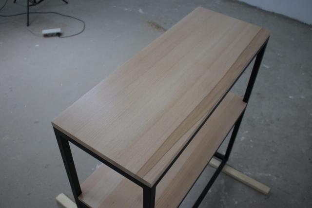 Rysunek drewna na półce regału
