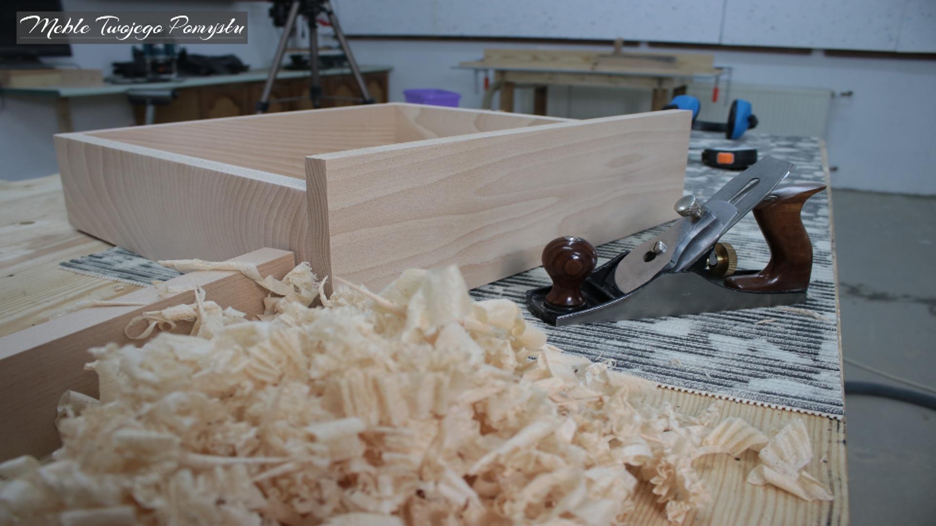 Praca heblem przy szufladzie