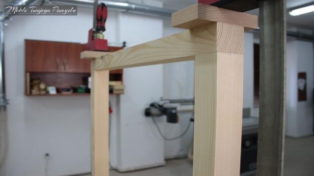 Produkcja nóg do stolika przy pomocy ścisków