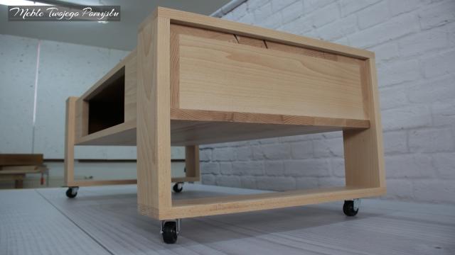 Bok stolika na kółkach
