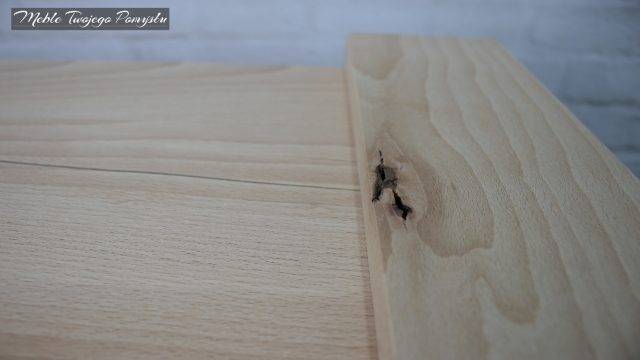 Wada drewna w ramie stolika