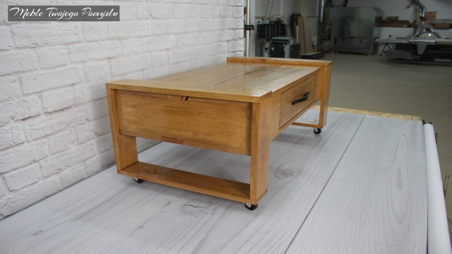 Drewniany stolik kawowy z szufladą i kółkami