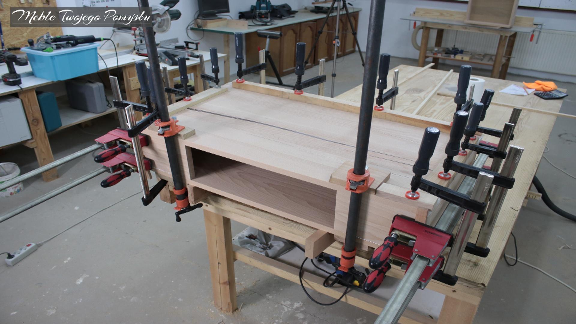 Klejenie elementów skrzyni stolika kawowego