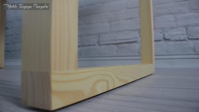 Biurko ze starego stolika kawowego na tle ściany