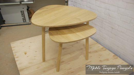 Dębowe stoliki kawowe z blatami o kształcie zaokrąglonego trójkąta z okrągłymi nogami.